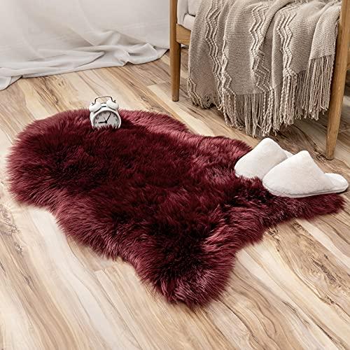 MIULEE Faux Lammfell Fell Teppich Kunstfell Flauschig Wohnzimmerteppich Hochflor Modern Teppich Bodenmatte Matte Unregelmäßig Waschbar Bettvorleger Deko für Schlafzimmer Wohnzimmer 60x90 cm Weinrot