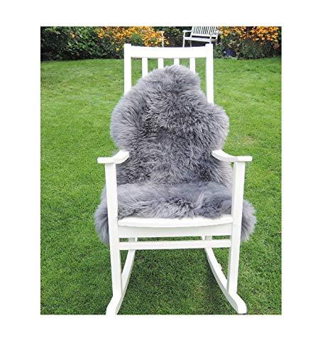 Premium-Schaffell, grau (platin) von LANABEST. Geschenkqualität! Echtes Naturfell mit besonders zarter, warmer und kuscheliger Wolle. Absolut geruchsarm! Ein wohnlicher Blickfang auf jedem dunklen Sofa oder als Teppich. Moderne Farbe: platin-grau