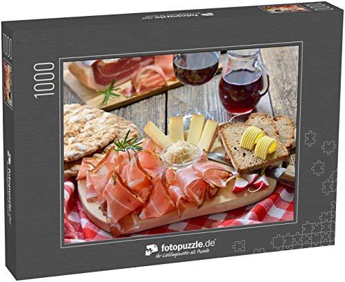 fotopuzzle.de Puzzle 1000 Teile Typischer Südtiroler Snack mit Speck, Meerrettich, Bergkäse und Bauernbrot, serviert mit lokalem Rotwein