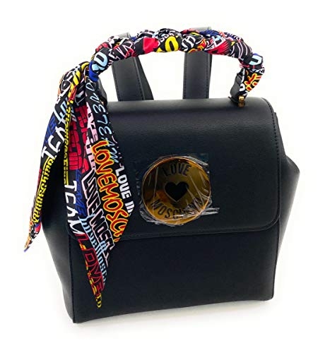 Rucksack mit umwickeltem Griff in mehreren Farben und rundem Logo aus Metall und Kunstleder.