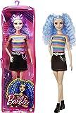 Barbie Fashionista Muñeca pelo violeta con top arcoiris, falda vaquera y accesorios de moda de juguete (Mattel GRB61)