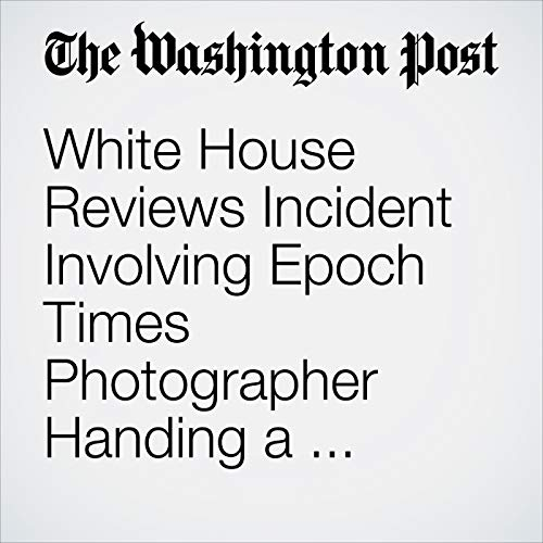 White House Reviews Incident Involving Epoch Times Photographer Handing a Folder to Trump copertina