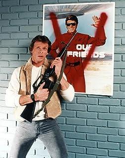 Nostalgia Store Fotografía Promocional clásica con Rifle de Culto Sci-fi de la Serie 'V' de los años 80, de Marc Singer (14 x 11)