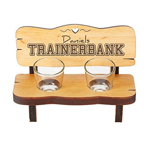 Casa Vivente Schnapsbank mit Zwei Schnapsgläsern und Gravur – Trainerbank – Personalisiert mit Namen – Schnapsbankerl aus Erlenholz – Geschenkidee für Männer und Fußballfans – Geburtstagsgeschenke