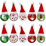 Spille bizzarre - Le nostre spille sono dotate di un cappello di Babbo Natale come decorazione. Saranno un oggetto insolito ma bizzarro da inserire sulla tua lista di decorazioni natalizie da acquistare. I bambini adoreranno indossarle alle feste. Re...