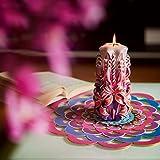 Große handgeschnitzte duftlose Kerze – Perfekte Heimdekoration oder Geschenk-Kerze für viele Gelegenheiten – Atemberaubende cremefarbene violette Farbe mit Perldekoren - 2