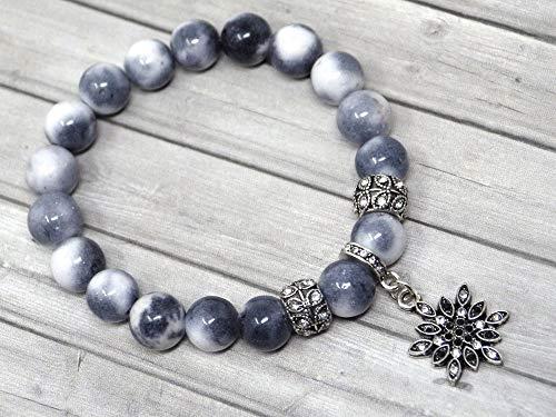 Pulsera para mujer con cuentas de jade blanco tintadas en gris, blanco y negro y dijes en forma de estrella con cristales