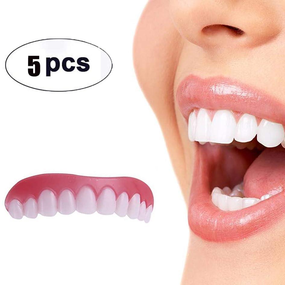 無人横たわる屈辱する5枚の歯科用化粧板が歯の化粧化粧板の上部にぴったり合うサイズがすべての義歯の接着剤の歯に似ています偽の歯の笑顔
