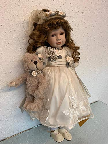 rf collection Porzellan-Puppe, Creme Kleid & Teddy, 55 cm, Holzständer