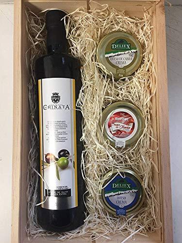 Cesta de madera de pino con crema de jamón curado, crema de queso de cabra, queso de oveja y aceite de oliva virgen extra.