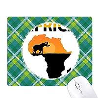 アフリカのサバンナの象の野生生物地図 緑の格子のピクセルゴムのマウスパッド