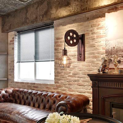 インダストリアルとは「工業的」という意味。金属と木材で作られた無機質なインダストリアルデザインのブラケットライトは、ヴィンテージ感のあるおしゃれな空間を作ります。