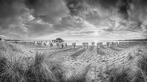 Exklusives Glasbild in Galerie Qualität. Timmendorfer Strand mit Teehaus und Strandkoerben im Sonnenaufgang. Schwarz-weiß Bild. Echtglasbild als Wandbild Wand Kunst Bild | Foto Fotografie | Wanddeko