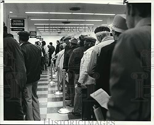 Historic Images 1985 Press Photo Payers línea para pagar en la administración del condado de Cuyahoga 8…