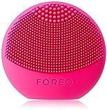 LUNA play de FOREO es el limpiador exfoliante facial, fucsia. Perfecto para llevar de viaje, este cepillo facial es resistente al agua y proporciona una limpieza sónica