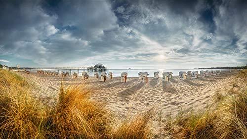 Wandbild in Alu-Dibond. Timmendorfer Strand mit Teehaus und Strandkoerben im Sonnenaufgang. Galerie Fine Art Print auf Aludibond. Panoramabild als Kunst Wanddeko Wand Foto Bild