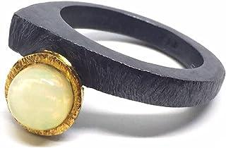 Anello di design esclusivo con opale rotondo taglio cabochon da 7 mm e 1,60 carati. Anello.