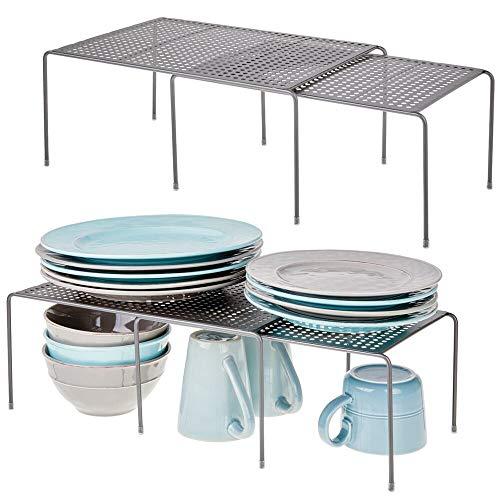 mDesign 4er-Set Regaleinsatz für Küchenschrank – praktische Geschirrablage aus Metall für mehr Abstellfläche – Rutschfester Schrankeinsatz zum Ausziehen – dunkelgrau