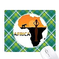 アフリカのサバンナの象の野生生物地図の黒人女性 緑の格子のピクセルゴムのマウスパッド