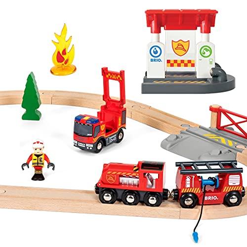 BRIO World 33815 Feuerwehr-Set - Holzeisenbahn-Set inklusive Feuerwehr-Auto mit Licht und Sound - Empfohlen für Kinder ab 3 Jahren