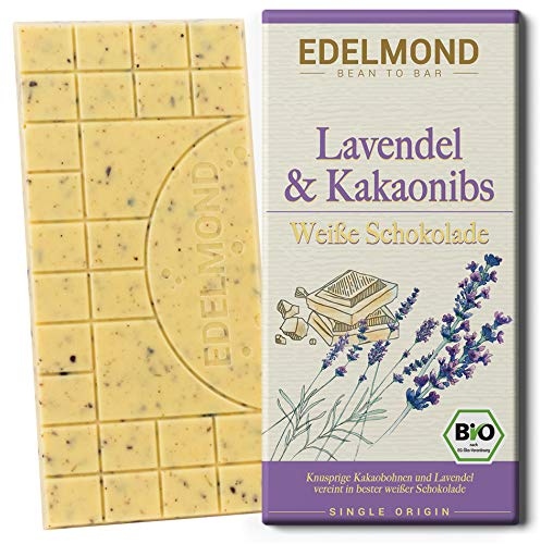 Edelmond Bio weiße Schokolade. Lavendelblüte dazu knusprige Kakaobohnen-Stücke. Handgemachte Süßigkeit aus der Manufaktur. (1 Tafel)
