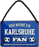 Blechschilder HIER WOHNT EIN Karlsruhe Fan Hängeschild für Fußball Begeisterte Deko Artikel Schild Geschenkidee 18x12 cm