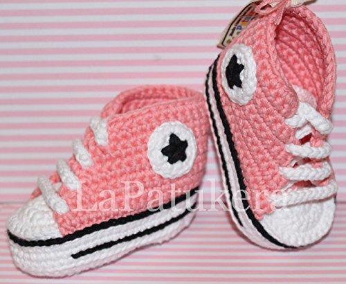 Patucos para bebé de crochet, Unisex. Estilo converse all star, de color coral, 100% algodón, tallas de 0 hasta 12 meses, hechos a mano en España. Regalo para bebé.