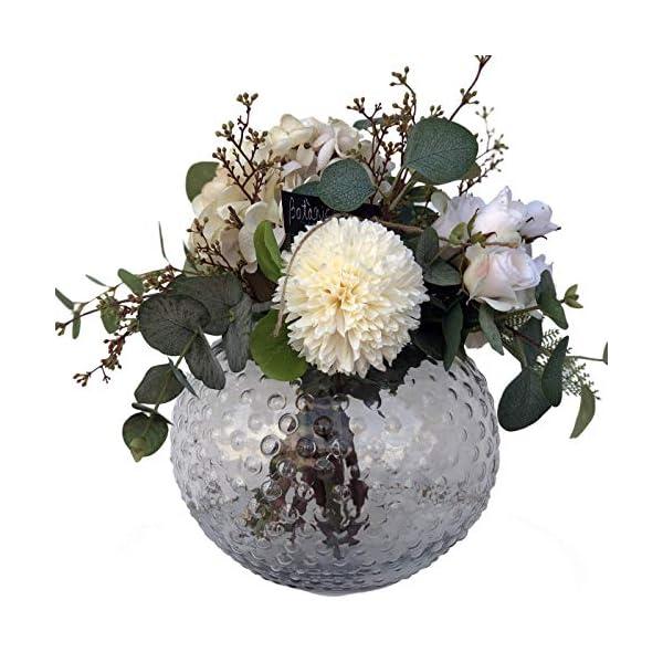 Ramo de flor artificial con jarrón incluido con hortensia en color beig, rosas pequeñas en color crudo, ramas de bayas…