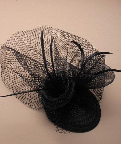 5493 Chapeau bibi avec tête de mort et plumes noires et filet sur pinces pour courses de mariage