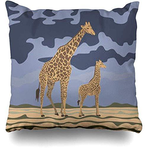 Darlene Ackerman(n) Dekokissenbezug Wild Walking Baby Giraffe Mom Afrikanische Wüste Es ist in Habitat Nachmittag, wo kleine erste Schritte unternimmt
