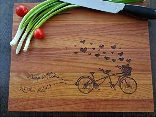Schneidebrett Handgefertigt mit Tandem Fahrrad. Frühstücksbrettchen. Persönlicher Schneidbrett Jahrestag Geschenk. Personalisiertes Geschenk. Laser Gravur Schneidebrett