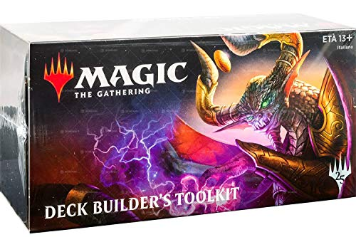 Ogni Deck Builder's Toolkit include:, -125 carte scelte in maniera semi-casuale, - 4 buste da 15 carte da espansioni recenti di Magic, - 1 Guida al Deck Builder's Toolkit, - 1 Scheda di riferimento rapido di Magic, - 1 Confezione con illustrazione co...