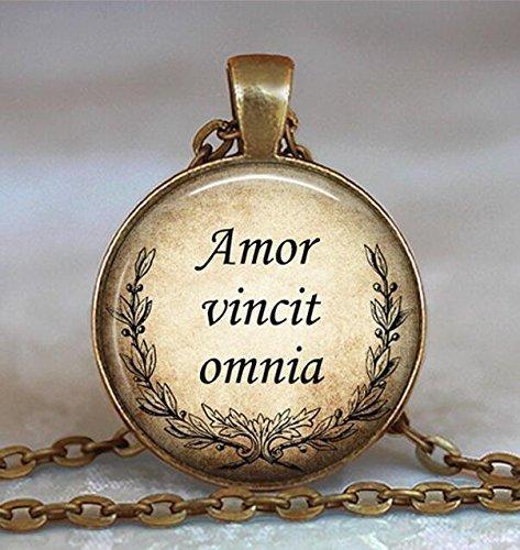 """Amor Vincit Omnia, collana con scritta """"Love Conquers Allen"""", regalo romantico, regalo per gli innamorati, gioielli con citazione latina"""