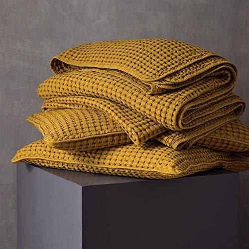 URBANARA 240x265 cm Tagesdecke/Plaid Veiros Senfgelb — 100prozent Reine Baumwolle — perfekt als Bettüberwurf oder Kuscheldecke mit Strukturiertem Waffelmuster — geeignet für Einzel- & Doppelbett