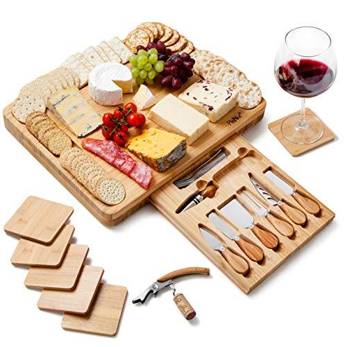 Tagliere da formaggio extra grande set di bambù includere sottobicchieri - Cassetto scorrevole con cavatappi, tappo per bottiglia, 6 coltelli e forchette in acciaio inossidabile - Di PlaNet