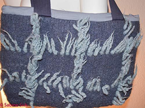 SabinesWerkstatt Filztasche jeansblau mit Franzen.Tasche zum umhängen, gefilzt. Jeansblauer Hintergrund, mit helleren Franzen, Innentasche mit Fächern für Geldbeutel oder Handy