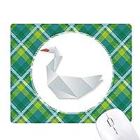 抽象的なガチョウの折り紙のパターン 緑の格子のピクセルゴムのマウスパッド