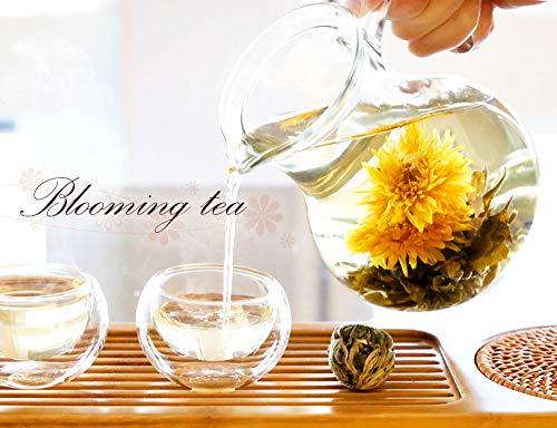 まん丸の茶葉がゆっくりと花を咲かせる様子は、まるで魔法のよう。じっくり待つ時間も贅沢に感じられます。ジャスミン茶がベースになっているので、香りや風味も格別ですよ。