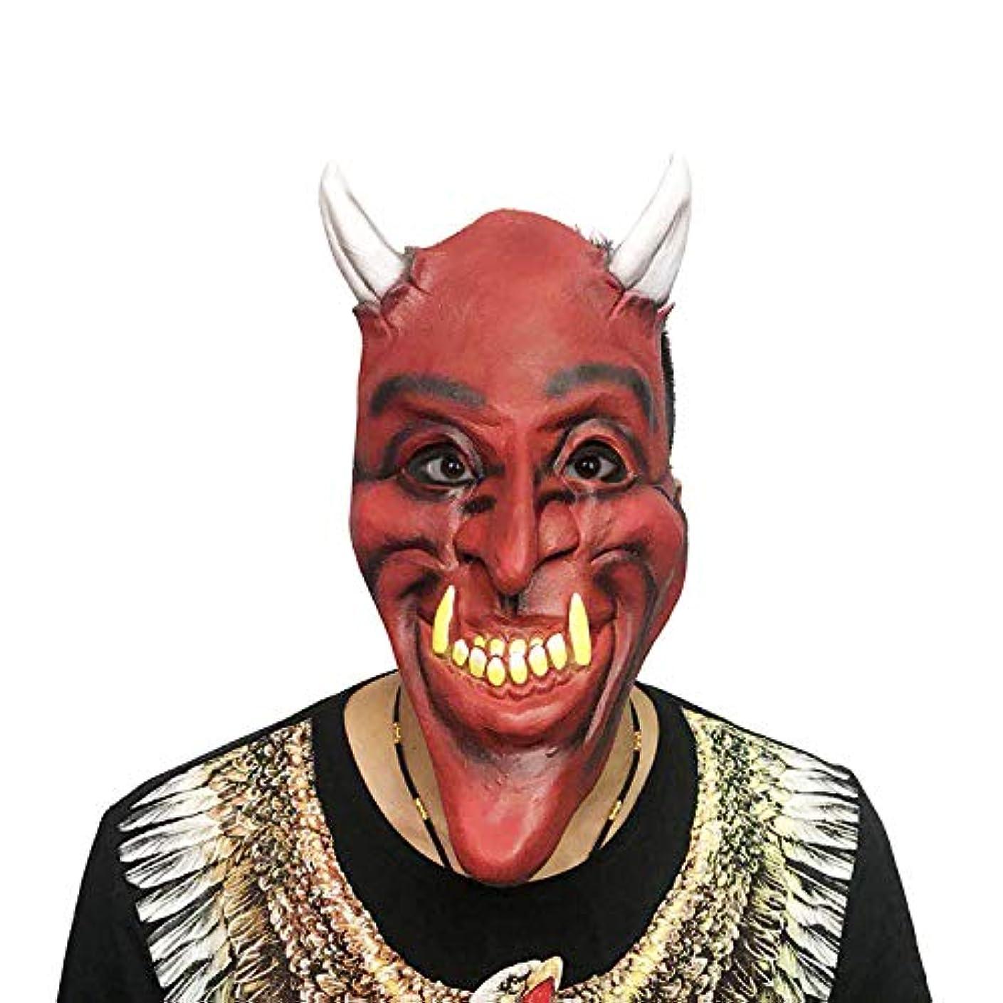 フェンス打たれたトラック変なホラーしかめっ面は悪魔のマスクハロウィンボールパーティーコスチュームパーティー怖い小道具悪魔悪魔を再生するマスク