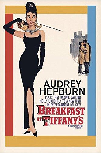 Close Up Póster de Audrey Hepburn Plays Holly Golightly - Breakfast at Tiffany's/Desayuno con Diamantes (61cm x 91,4cm) + 1 póster Sorpresa de Regalo
