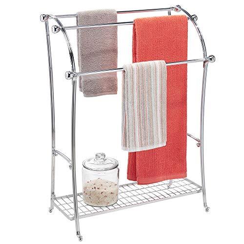 mDesign Colgador de toallas – Toalleros de pie con 3 barras – Cuelga toallas de metal con bandeja para accesorios de baño – plateado