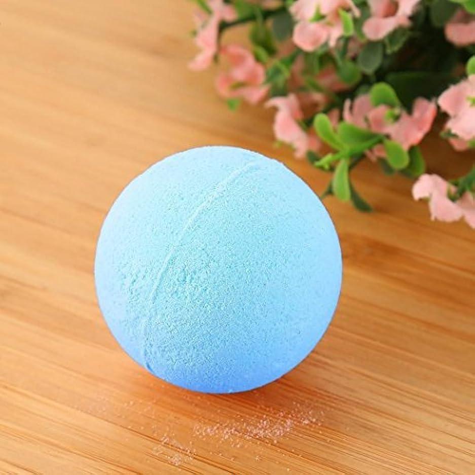 楽観的しなやかな心からバブル塩風呂の贈り物のためにボールをリラックスした女性の塩