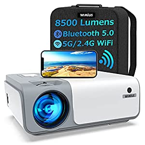 🛒【8500 Lumen & Native 1080P & Tragbare Rucksack】WiMiUS stattet den W1 WiFi Bluetooth Beamer auch mit der Native 1080P, 8500 Lumen, Neuesten 3-Chip-RGB-Technologie aus, wobei das Farbkontrastverhältnis auf 10000:1 erhöht wird. Mit der eingebauten Farb...