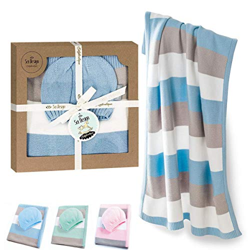 sei Design Baby Decke aus 100% Baumwolle 90 x 70 | kuschelige Strickdecke + Mütze | Ideal als Erstlingsdecke, Kuscheldecke, Puckdecke für Jungen in hübscher Geschenk-Verpackung