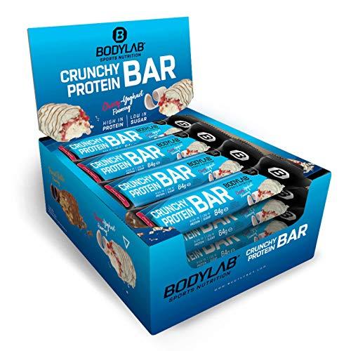 Bodylab24 Crunchy Protein Bar Cherry Joghurt 12 x 64g Vorratsbox, knuspriger Protein-Riegel mit Schokoladenüberzug, mit 20g Eiweiß pro Riegel, High-Protein Low-Sugar, Eiweiß-Riegel mit wenig Zucker