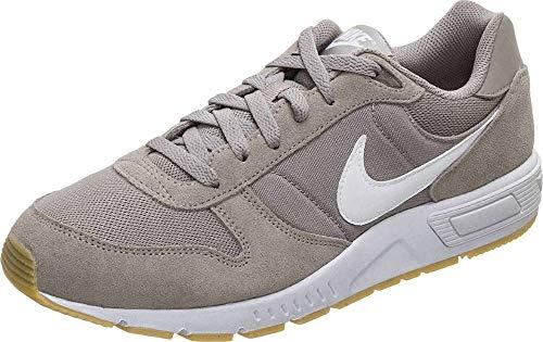 Nike Nightgazer, Zapatillas de Atletismo Hombre, Multicolor (Pumice/White/Gum Light Brown 000), 44 EU