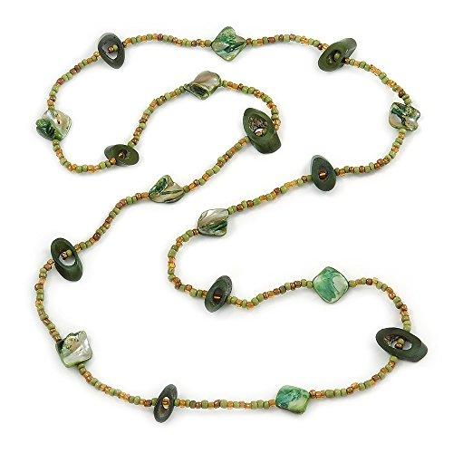 Lunga collana di perle di vetro, di colore verde scuro, verde chiaro e verde oliva, perline di osso e di conchiglie marine. 112cm di lunghezza