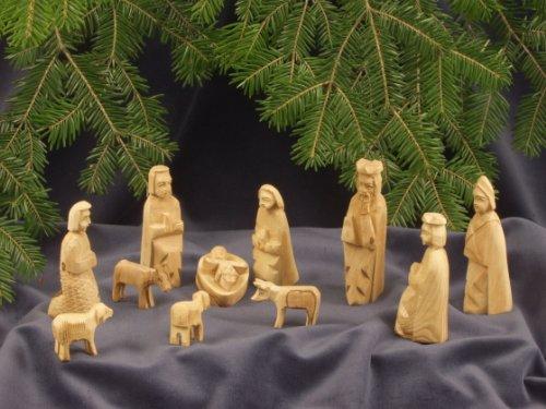 KINDERKRIPPE 11-teilig. Krippenfiguren aus Bethlehem. Einfache Schnitzarbeit aus Olivenholz. Höhe der stehenden Figuren circa 9 cm.