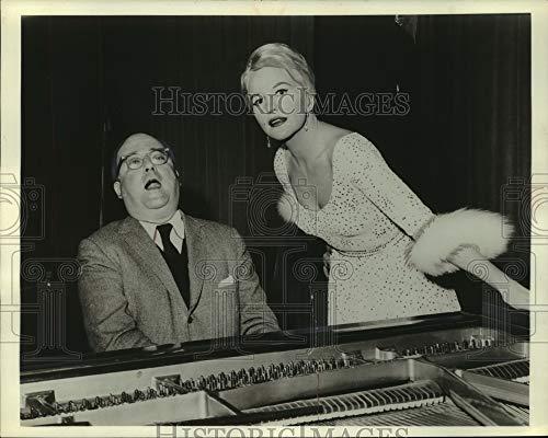 Imágenes históricas -1960 fotografía de prensa Abe Burrows y Peggy Lee en Revlon Revue - mjz05212