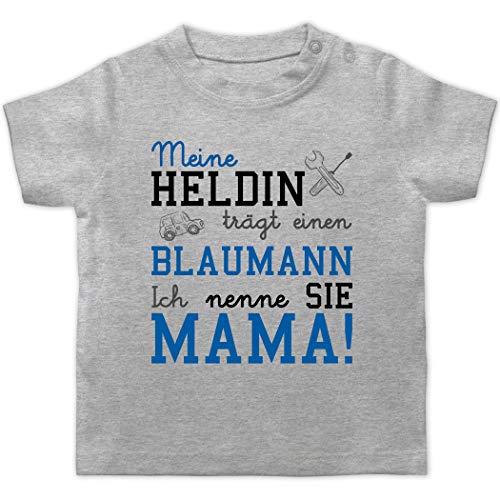 Anlässe Baby - Meine Heldin trägt einen Blaumann Mama - 3/6 Monate - Grau meliert - blaumann Baby - BZ02 - Baby T-Shirt Kurzarm